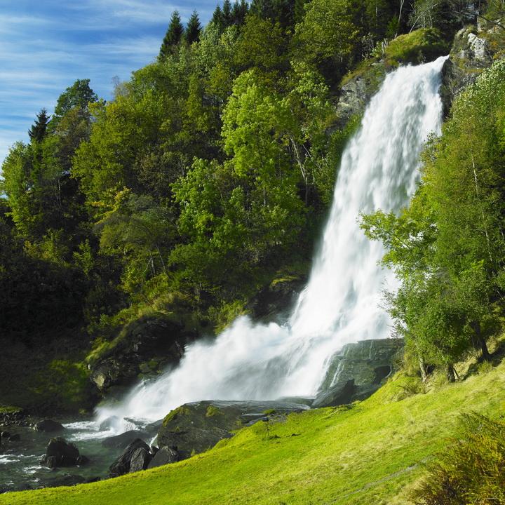 """3D Фотообои  """"Водопад на зеленом холме"""""""