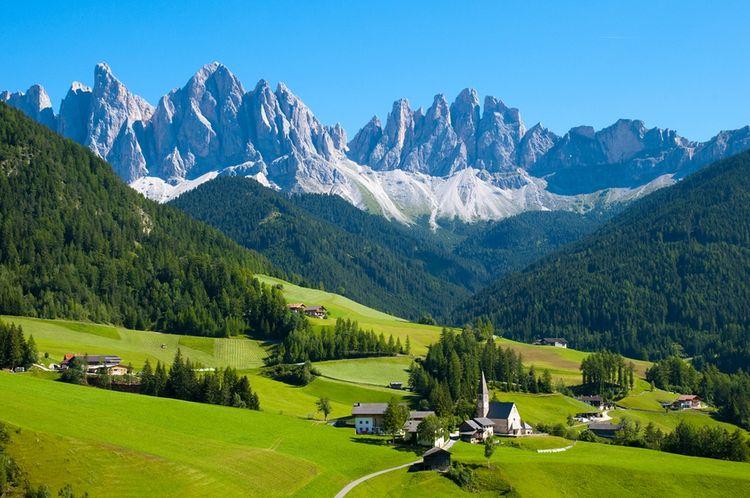 3D Фотообои  АльпыФотообои «Альпы» - солнце повисло над долиной, будто разливая свои лучи по хребтам эдельвейса. Чистое небо в Альпийских горах. Светило нежно целует снежные холмы, а суровые бури смело хозяйничают на своих просторах.<br><br>Перед вами открываются широкие просторы прекрасных красот с зелеными соснами, укрытыми снегом, свежим горным воздухом, сказочным запахом елей , величавые скалы цвета перьев индиго. Представленное изображение на стену с горами наполнено, пропитано атмосферой величия Альп.<br><br>Инсталляция с горной природой отлично подойдет для украшения интерьера гостиной или спальни. Наполните Ваш дом уютом и комфортом. Порадуйте Вас и Ваших близких!<br>kit: None; gender: None;