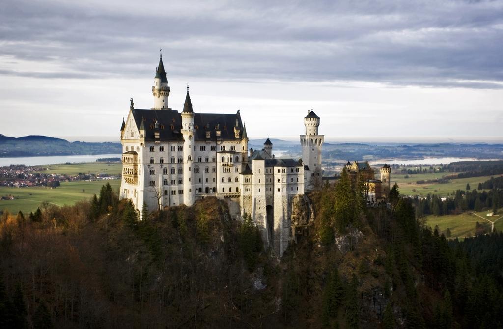 3D Фотообои Замок НойшванштайнГермания, насчитывает более 14 000 замков. Замок Нойшванштайн по праву считается, одним из главных символов этой страны. Название происходит от средневековой легенды о рыцаре «лебедей».<br><br>Это здание более чем со 100-летней историей. Замок Нойшванштайн, полностью украшен лебедями от бытовых предметов до фресок в ванной комнате.<br><br>Подарите себе атмосферу роскоши и великой истории с этими 3д обоями.<br>kit: None; gender: None;