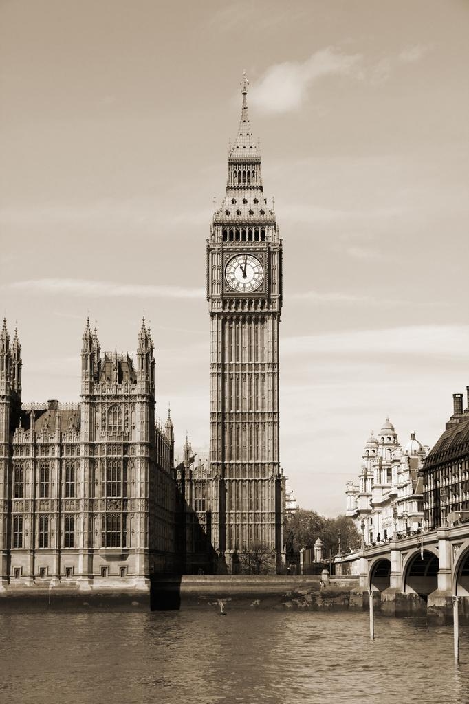 3D Фотообои Биг-БенСтаринные часы на башне Парламента Соединенного Королевства знакомы каждому человеку в мире. Микрофоны радиослужбы ВВС передают их бой каждый час.<br><br>Циферблаты Биг-Бена смотрят на все 4 стороны света. Изготовленые из Бирмингемского опала, часовые стрелки сделаны из чугуна, а минутные отлиты из медного листа.<br><br>Именно с первым ударом Биг-Бена в ночь с 31 на 1 планета официально по международному временному стандарту переходит в Новый Год.<br><br>Приобщитесь к великой истории с этими 3д фотообоями.<br>kit: None; gender: None;